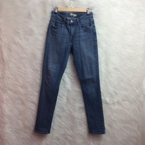 Levis | Mid Rise Skinny Jeans.